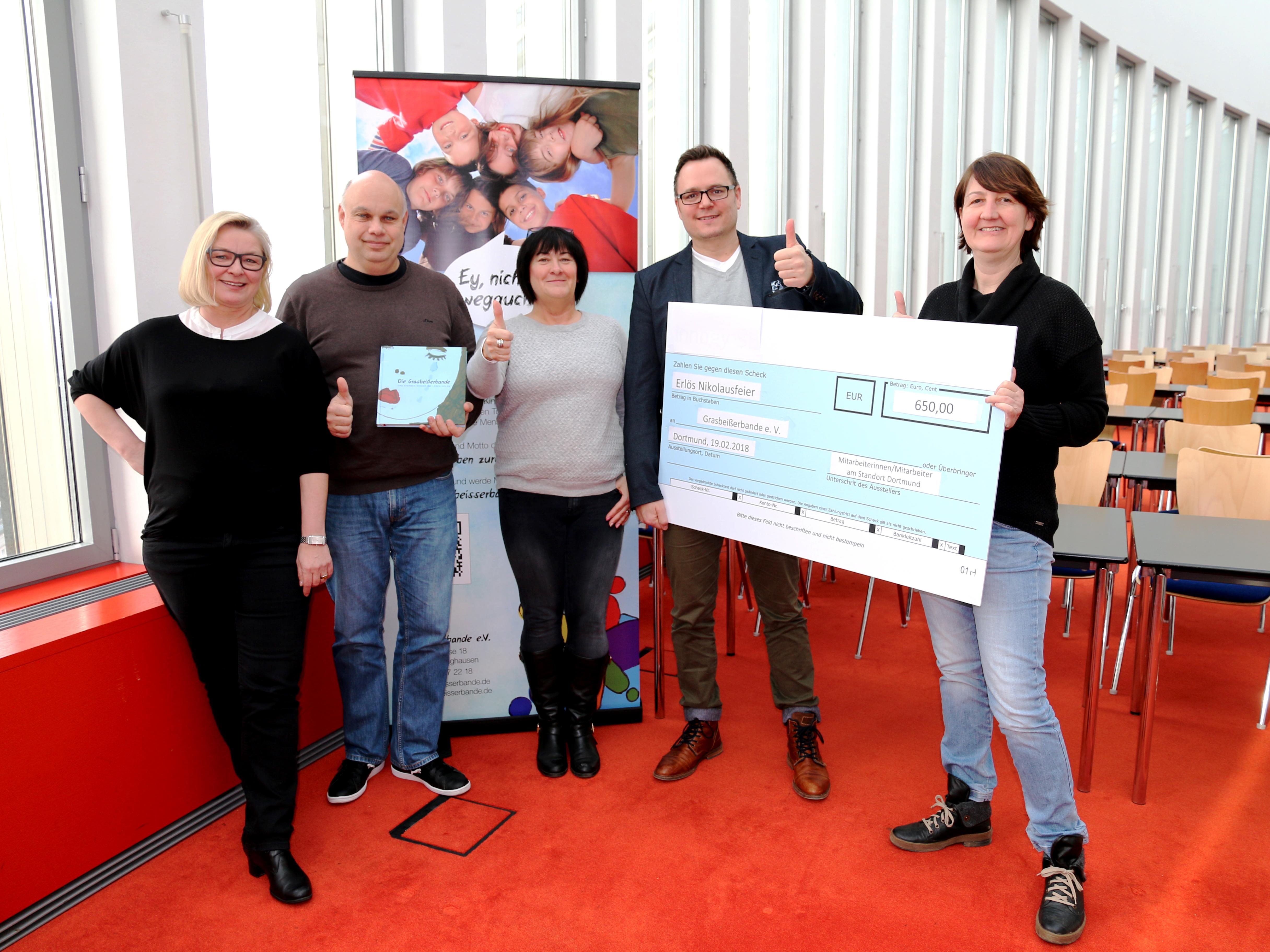 Betriebsräte der innogy SE, der Westnetz GmbH und der Amprion GmbH überreichen die Spende an Karsten Stanberger von der Grasbeißerbande e.V. (2.v.r.).